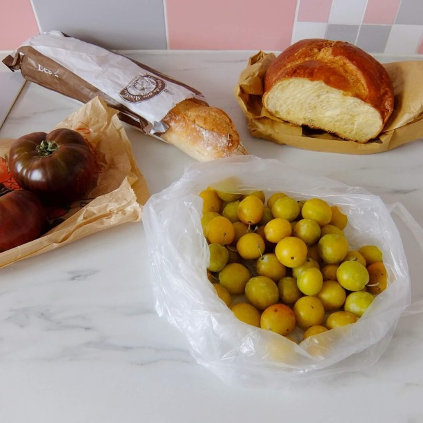 Brioche mirabelles tomatoes baguette