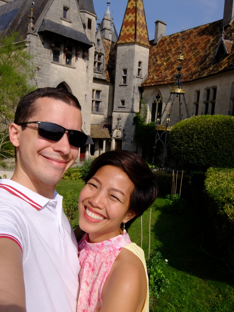 couple doing a selfie in front of rochepot castle