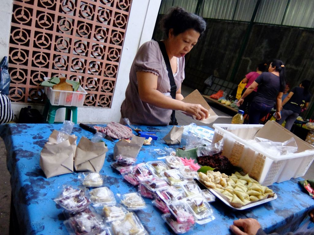 woman selling sticky rice cakes in Indonesian market