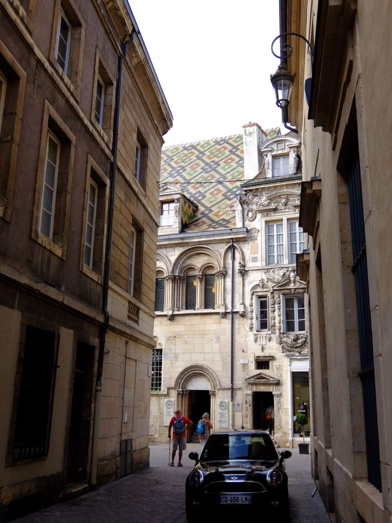 narrow alley in Dijon