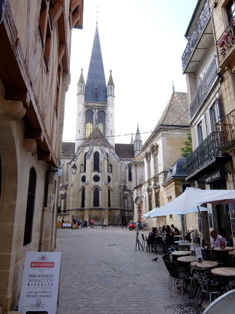 alley in Dijon leading to the cathedral