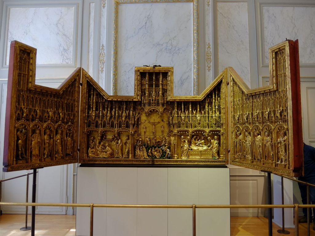 Folding gilded panels with sculpture